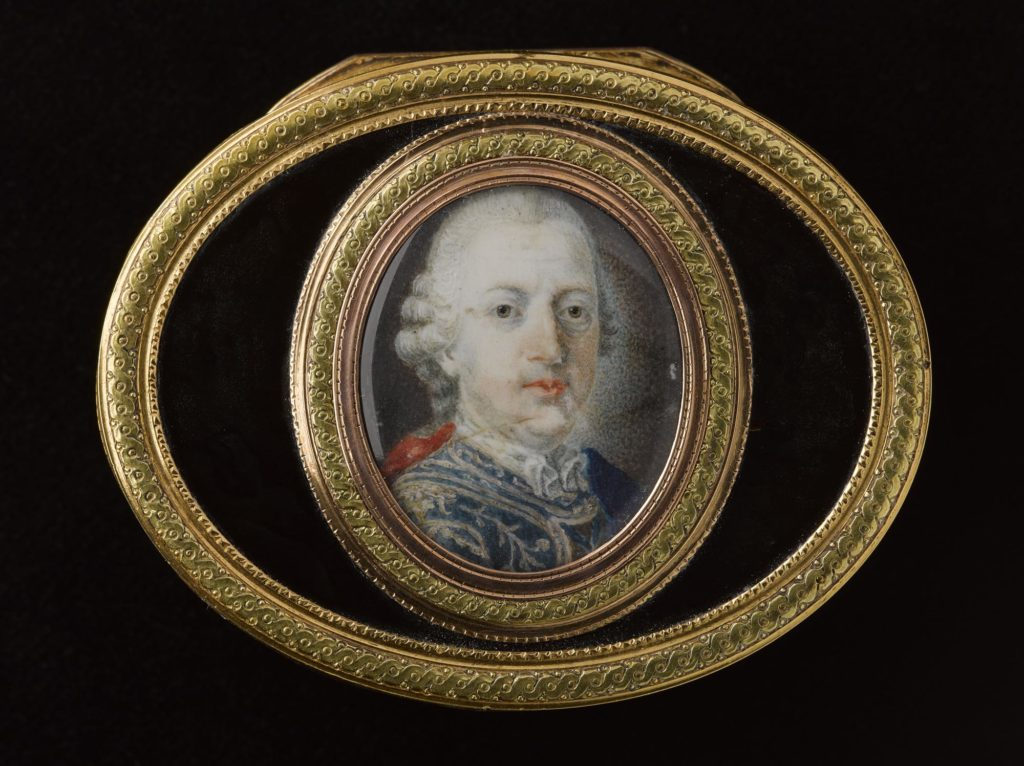 a photo of a snuffbox with a gold framed insert showing a miniature of Bonnie Prince Charlie
