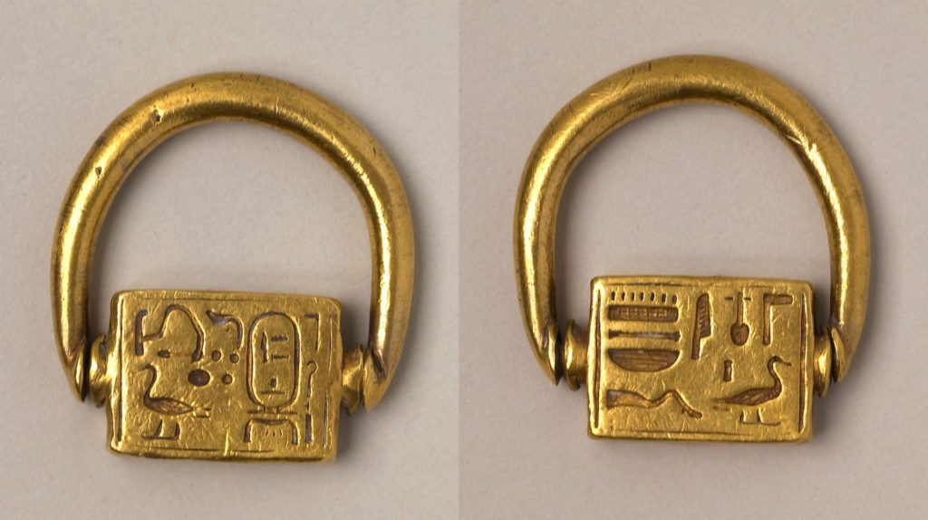 both sides of a finger ring with a square revolving decoration
