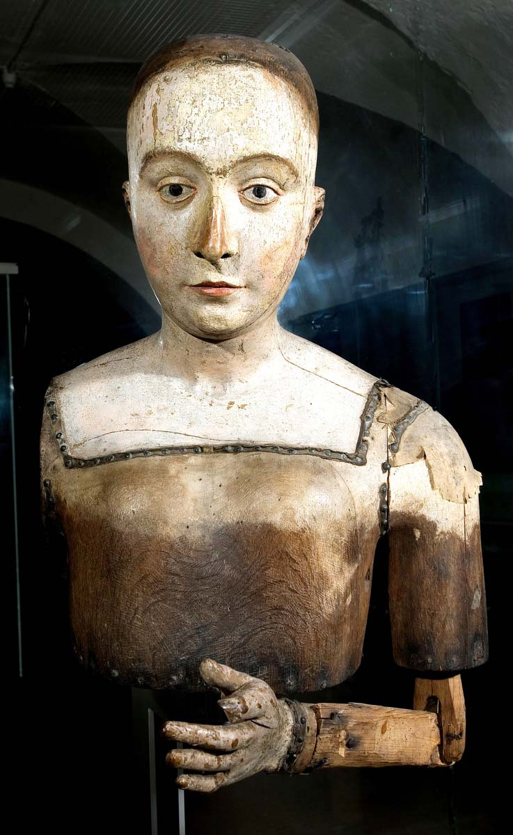 a photo of a vcarved wooden effigy of Tudor Queen Elizabeth of York