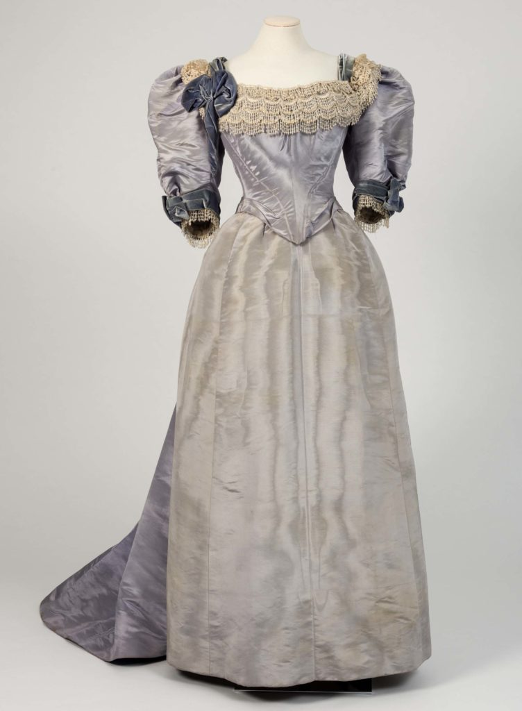 a photo of a lilac dress with pinched waist