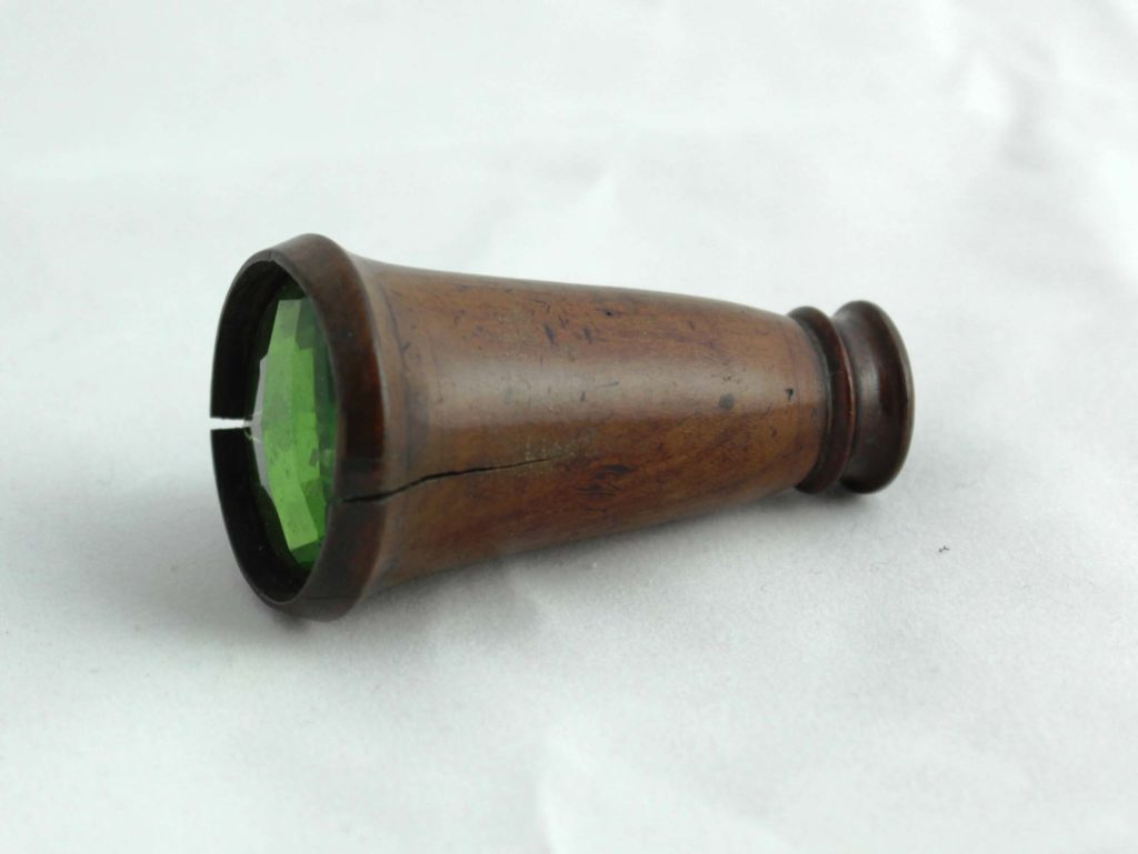 a photo of a small brown lense