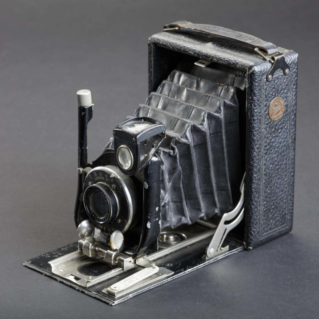 a photo of an old camera with a concertina front
