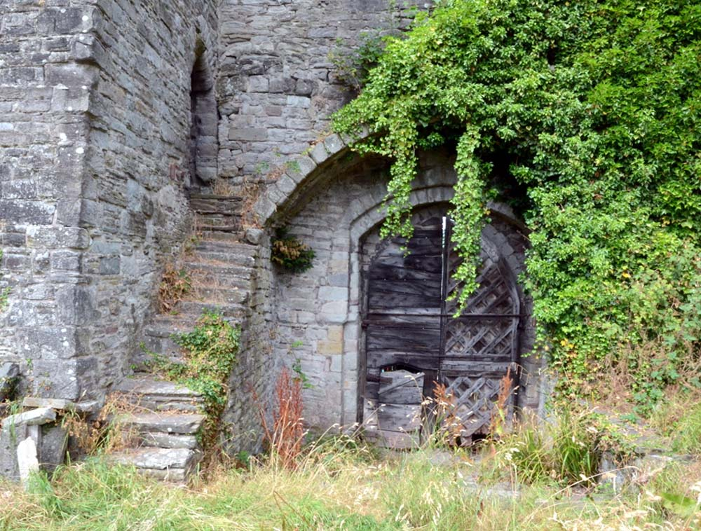 photo of a dilapidated pair of old castle doors in wood
