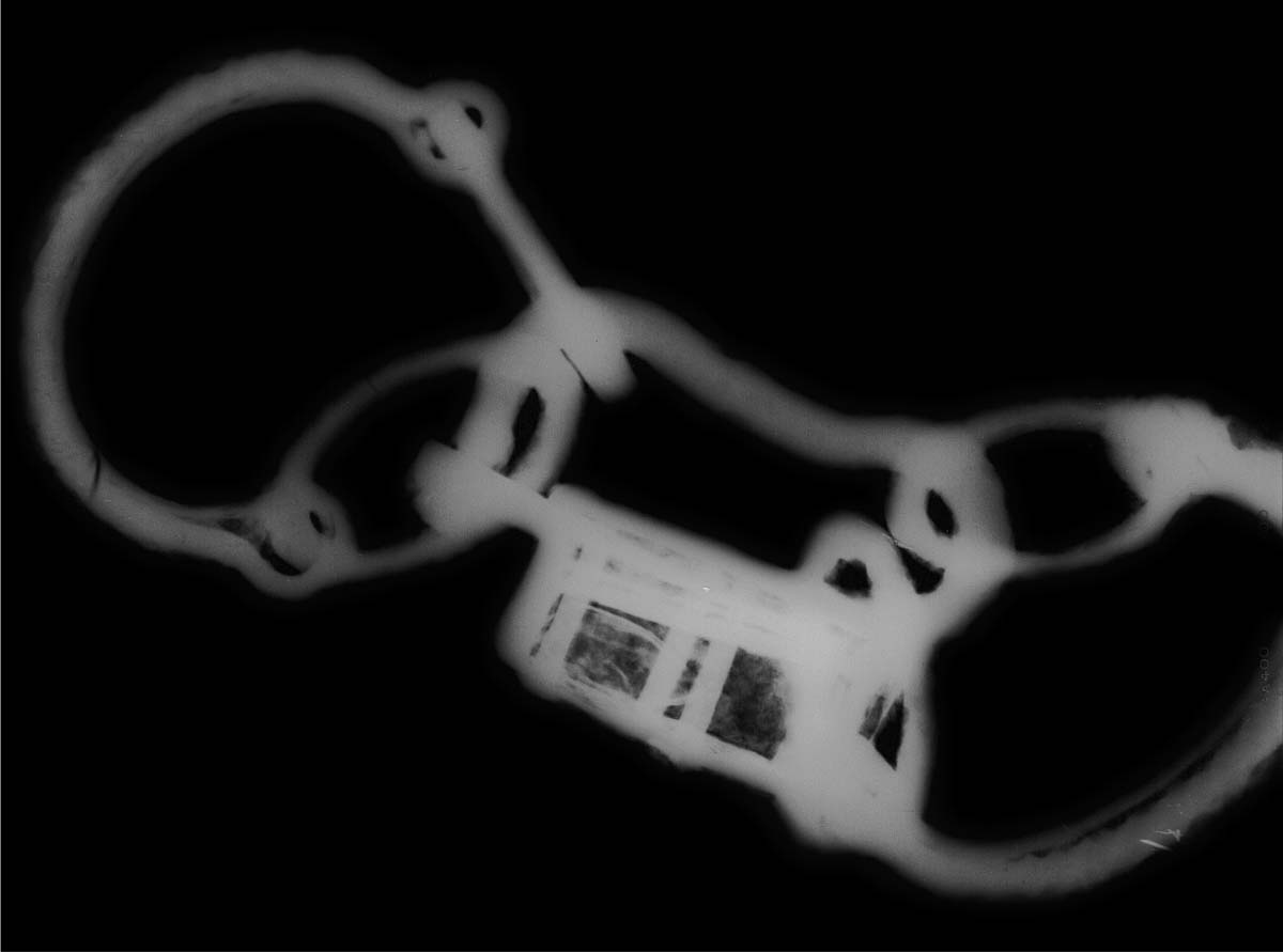 x ray view showing a pari of shackles with central lock